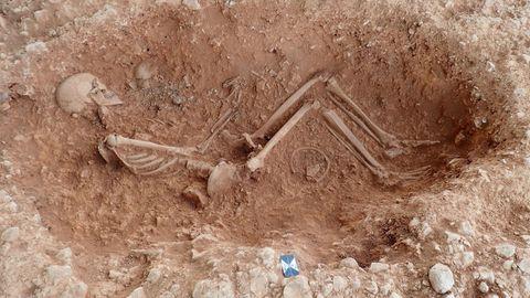 Ein menschliches Skelett wird ausgegraben