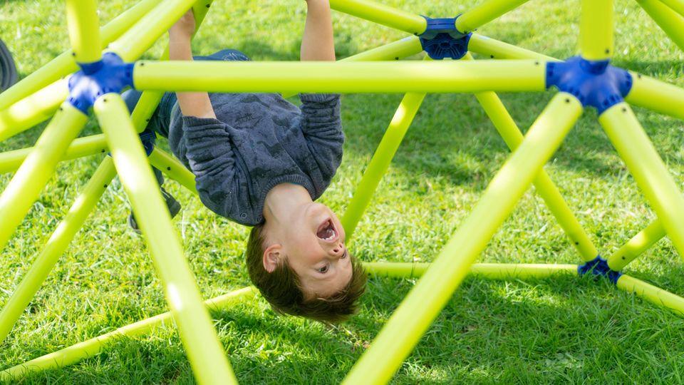 Spielhaus selber bauen: mit einer Konstruktion aus Kunststoff ein Kinderspiel