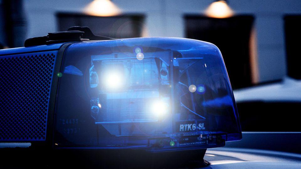 Ein Einsatzfahrzeug der Polizei mit Blaulicht.