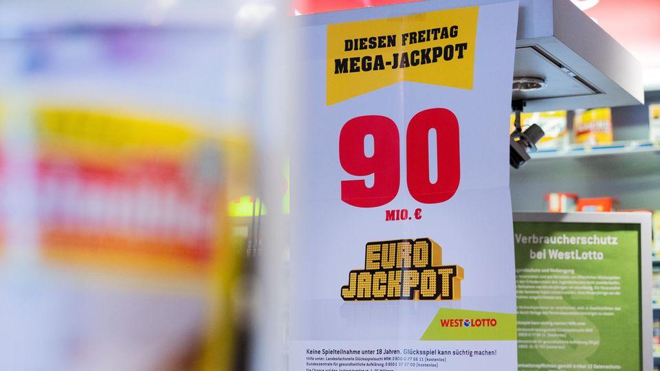 Auf einem Plakat ist der Euro Jackpot von 90 Millionen Euro zu sehen