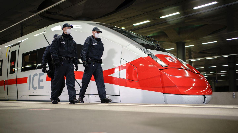 Aktionstag der Deutschen Bahn zur Maskenpflicht im Dezember 2020: Auch der Steuerwagen des ICE 4 trägt einen Mund-Nasen-Schutz.