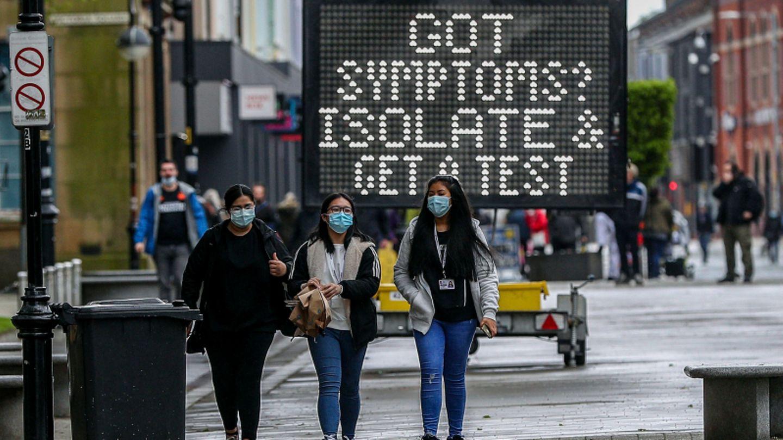 Bolton: Eine elektronische Tafel rät den Menschen vor Ort, sich zu isolieren und testen zu lassen