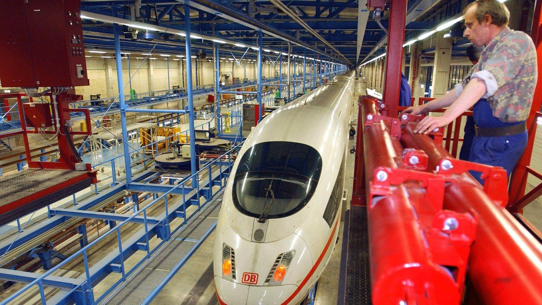 Im ICE-Werk in Dortmund-Spähenfeld: Für die Hochgeschwindigkeitsflotte hat die Bahn an mehreren Standorten eigene Instandhaltungs- und Behandlungshallen gebaut.