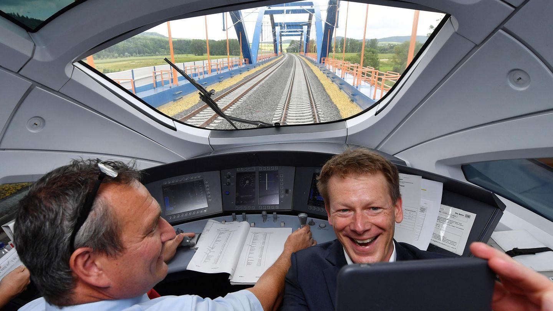 Selfie bei einer Testfahrt mit dem ICE-Sprinter auf der Neubaustrecke Erfurt - Bamberg: Seit März 2017istRichard Lutz (r) derBahn-Vorstandschef und leitet die Geschicke des Konzerns.