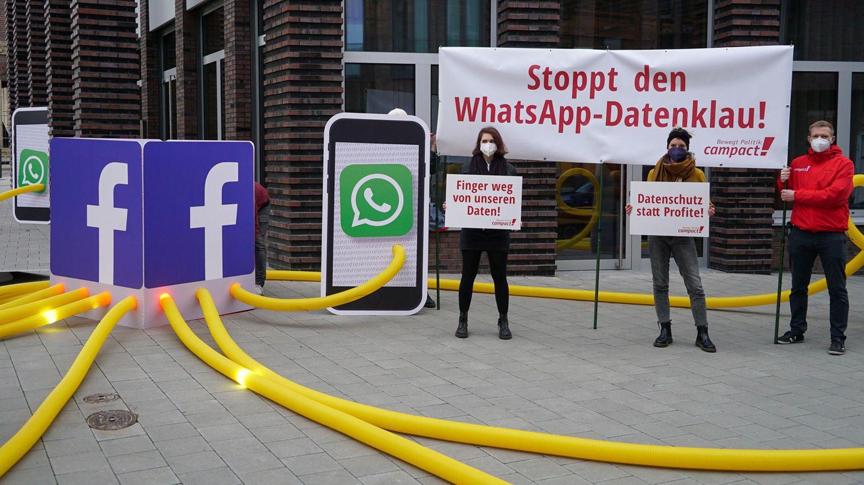 Die Organisation Campact demonstriert gegen die neuen Facebook- und WhatsApp-Regeln vor der Facebook Zentrale in Hamburg.