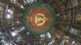 Unter dem Kuppeldach schweben Hammer und Sichel in goldenen Farben.