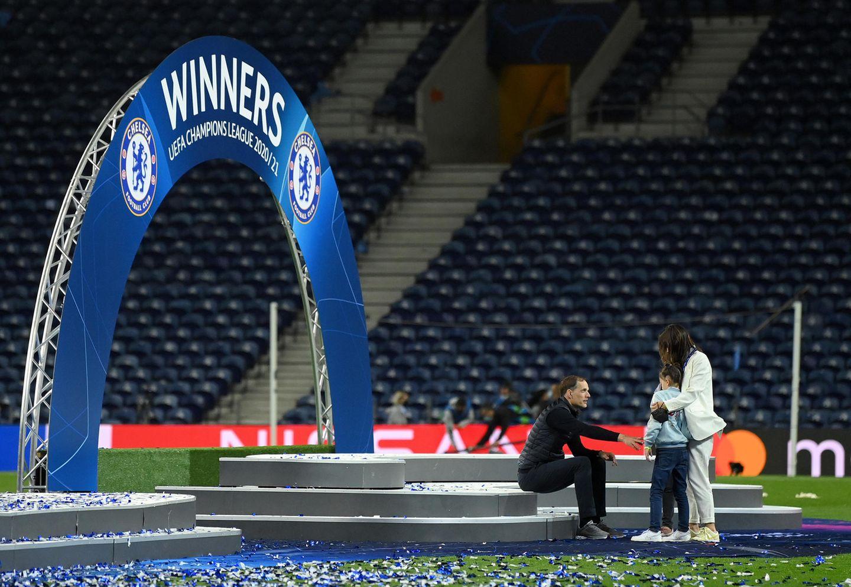 Am Ende einer langen Fußballnacht im Dragao Stadium in Porto: derChelsea-Trainer Thomas Tuchel mit seiner Familie.