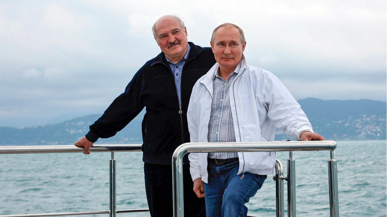 Wladimir Putin (r.) und Alexander Lukaschenko stehen auf einem Boot während ihres Treffens in Sotschi am Schwarzen Meer