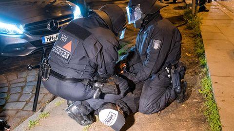 Vorläufig festgenommen: Beim Polzeieinsatz am Samstagabend im Hamburger Schanzenviertel.