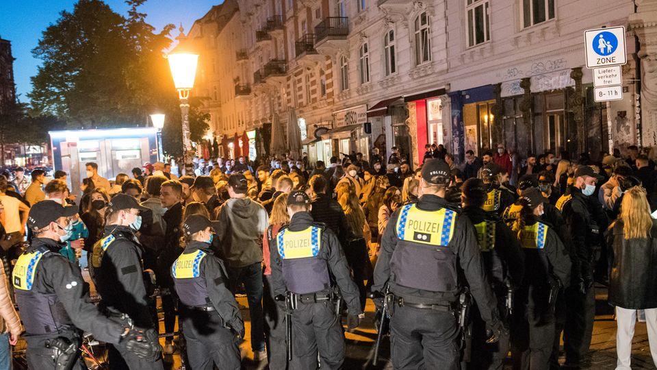 Nach Schätzungen der Hamburger Polizei feierten rund 4500 zumeist junge Menschen im Schanzenviertel.