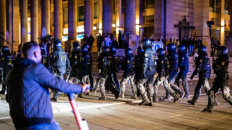 Nach Angaben der Polizei hatten sich rund 600 Menschen am Stuttgarter Schlossplatz versammelt.