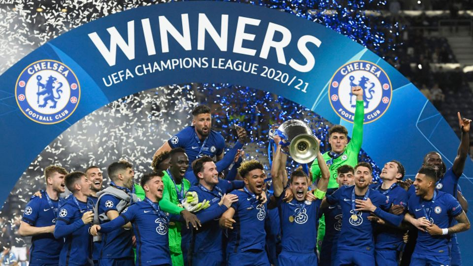 Chelseas Mannschaftskapitän Cesar Azpilicueta stemmt die Trophäe am Ende des Champions-League-Finalspiels