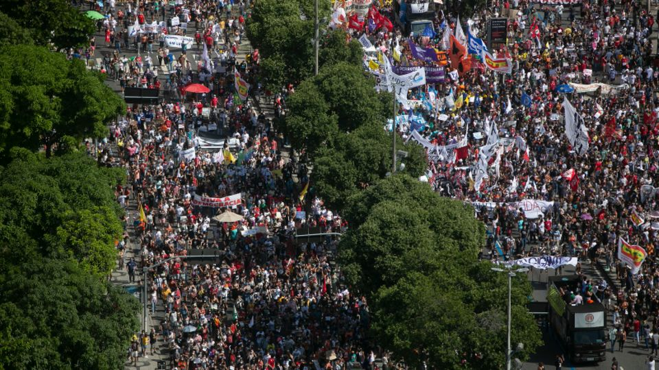 Brasilien, Rio De Janeiro: Demonstranten nehmen an einem Protest gegen den brasilianischen Präsidenten Bolsonaro teil