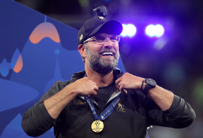 Vier deutsche Trainer gewannen imzurückliegenden Jahrzehnt die Champions League. Drei davon brauchten aber ein Jahr Anlauf: 2013 gewann Jupp Heynckes mit dem FC Bayern, nachdem er im Vorjahr gegen den FC Chelsea tragisch im Elfmeterschießen verlor. 2019 machte Jürgen Klopp mit dem FC Liverpool die bittere Finalniederlage von 2018 gegen Real Madrid wieder wett. Und auch bei Thomas Tuchel klappte es erst im zweiten Jahr: Er verlor 2020 als Coach von Paris Saint-Germaingegen den FC Bayern und Hansi Flick - der damit der Einzige der vier Trainer ist, der in diesem Zeitraum auf Anhieb sein Finale gewann.