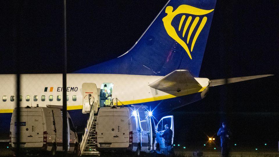 Die Bundespolizei überprüft eine Ryanair-Maschine am Berliner Hauptstadtflughafen BER