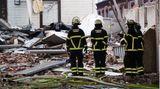 Feuerwehrleute sind nach einer Explosion in einem Gebäude im Stadtteil Barmbek im Einsatz