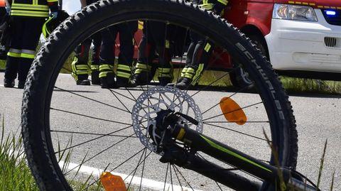 Kaputtes Fahrrad liegt nach einem Verkehrsunfall am Straßenrand