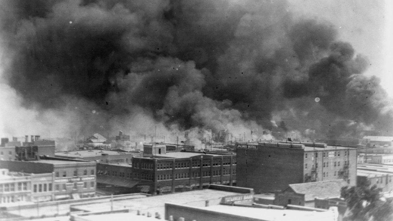 Rauchwolken über dem Stadtteil Greenwood in Tulsa, Oklahoma. Vor 100 Jahren zerstörte ein weißer Mob das Schwarzenviertel