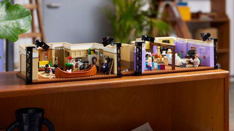 Lego Neuheiten: Das Lego Friends Apartments Set steht auf einem Sideboard