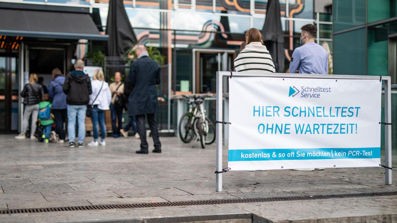 Baden-Württemberg, Stuttgart: Menschen stehen vor einem Testzentrum