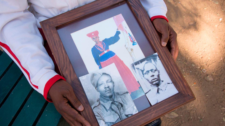 Ein Vertreter der Herero-Gemeinde zeigt in einem Park in Windhuk Fotos seiner Vorfahren, die vor dem Völkermord flohen