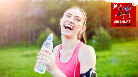 Lachende Läuferin mit Wasserflasche