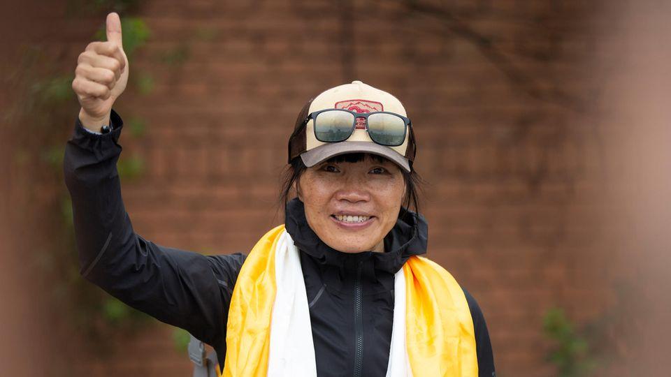 Tsang Yin-hung hebt nach ihrer Rekordbesteigung des Mount Everest den Daumen