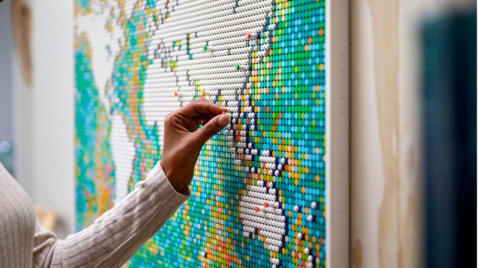 Lego Neuheiten 2021: Frau steht vor der Lego World Map