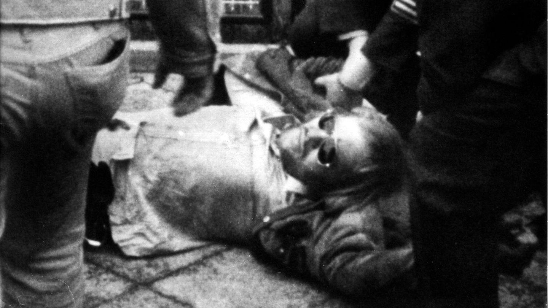 1. Juni 1972: RAF-Boss Andreas Baader wird festgenommen  Die Szenen, die sich am 1. Juni 1972 im Hinterhof eines Apartmenthauses in Frankfurt/Main abspielten, waren filmreif – und sie wurden viele Jahre später tatsächlich verfilmt. Zwei Stunden lang lieferten sich RAF-Terroristen, die sich in einem ihrerDepots in einer Garage verschanzthatten, einen Schusswechsel mit der Polizei. Als einer der Männer am Gesäß verletzt wurde, konnten die drei Verdächtigen festgenommen werden. Es war ein schwerer Schlag gegen die Terrorgruppe. Der Verletzte war Andreas Baader, Kopf und Gründer der RAF, die das Land seit Jahren mit Bombenanschlägen in Atem hielt. Mit Baader gingen den Fahndern Jan Carl Raspe und Holger Meins ins Netz. Fünf Jahre später wurde Baader zu lebenslanger Haft verurteilt. Als ein Versuch scheiterte, ihn und weitere RAF-Insassen in Stuttgart-Stammheim freizupressen, nahmen sichBaader, Raspe und auch die ebenfalls inhaftierte Gudrun Ensslin das Leben. Meins starb 1974 an den Folgen eines Hungerstreiks in der Haft.