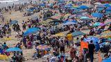 Santa Monica, USA. Am Memorial Day strömen die Menschen massenhaft an den Strand, weil sie es jetzt nach einem Jahr Lockdown endlich wieder dürfen. In den USA, wo man viel weiter mit dem Impfen ist, ist das Coaronavirusauf dem Rückzug. Dakann man sich endlich wieder den Schönen Dingen des Lebens widmen.
