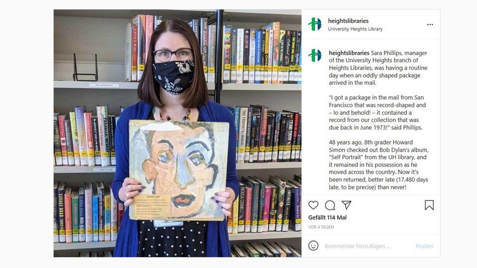 Sara Philips von Heights Libraries mit der Schallplatte von Bob Dylan, die 48 Jahre zu spät zurückgegeben wurde