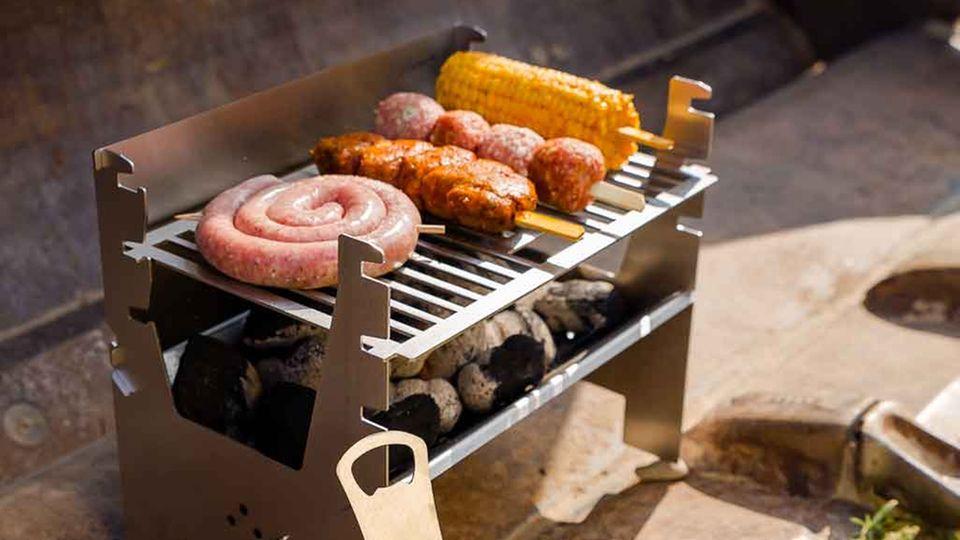 Grill-Trends 2021: Mobiler Holzkohle-Grill mit Grillgut