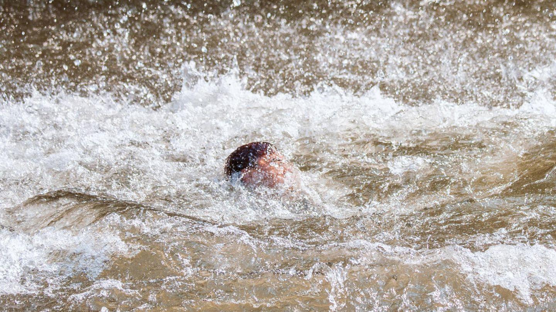 Junge schwimmt im Fluss
