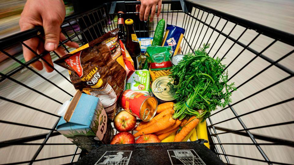 Ein Einkauf liegt in einem Einkaufswagen in einem Supermarkt
