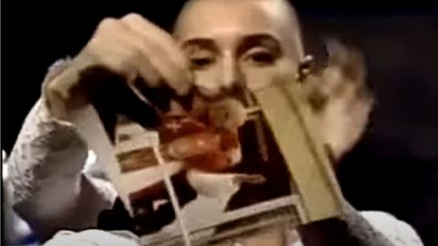 Sinead O'Connor zerreißt 1992 vor laufender Kamera ein Bild des Papstes