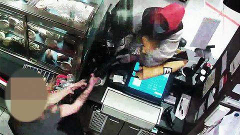 Tankstellen-Kassiererin schlägt Räuber mit Maschinenpistole in die Flucht