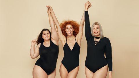 Frauen mit verschiedenen Figuren halten freudig die Hände in die Luft