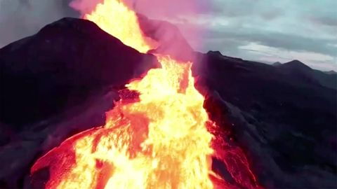 Podcast MONO: Der Tanz auf dem Vulkan: Diese Frau bringt sich für ihren Traum in Lebensgefahr
