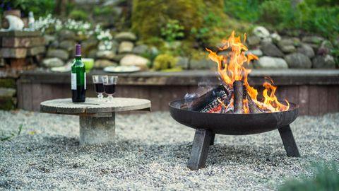 Feuerstelle einrichten: Knisterndes Feuer lädt zum Verweilen ein