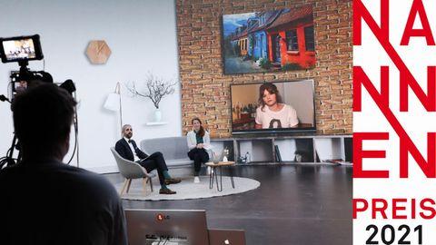Moderatoren der Verleihung des Nannen Preis 2021, Michel Abdollahi und Anna-Beeke Gretemeier, interviewen Sophie Passmann