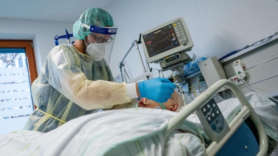Intensivpfleger und Corona-Patient