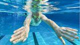 Mellendorf, Deutschland.Darauf musste er lange warten: Der 77-jährige Günther Bolte schwimmt am frühen Morgen im Freibad Spaßbad Wedemark seine Runden. Bei entsprechenden Corona-Inzidenzwerten dürfen Freibäder in Niedersachsen mit Hygienekonzepten wieder öffnen.