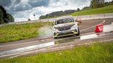 Der Opel Corsa e-Rallye lenkt freudig ein
