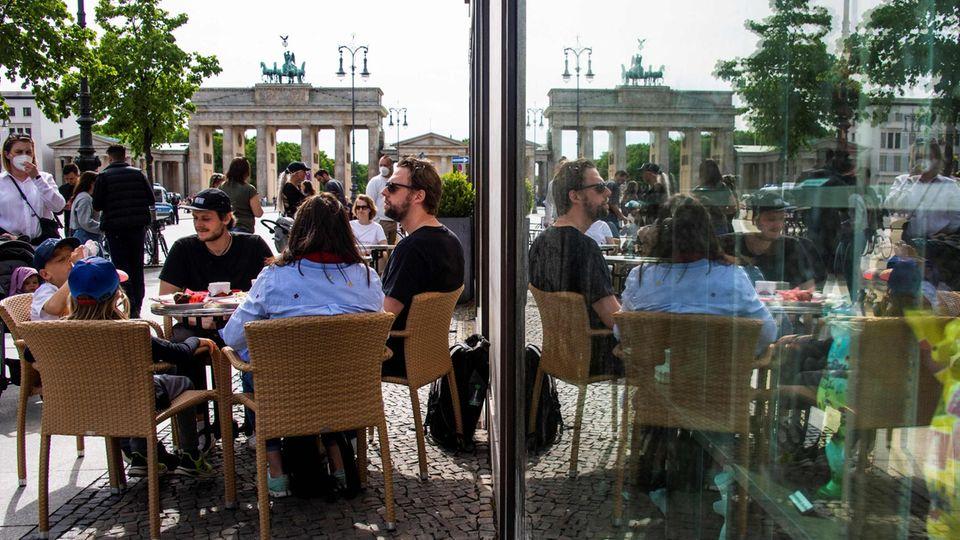 Besucher eines Cafés ins Berlin