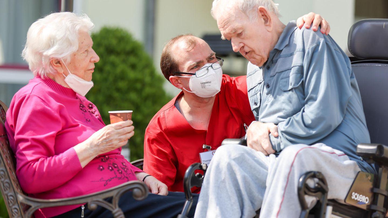 Pfleger mit einem betagten Paar in einem Altenheim