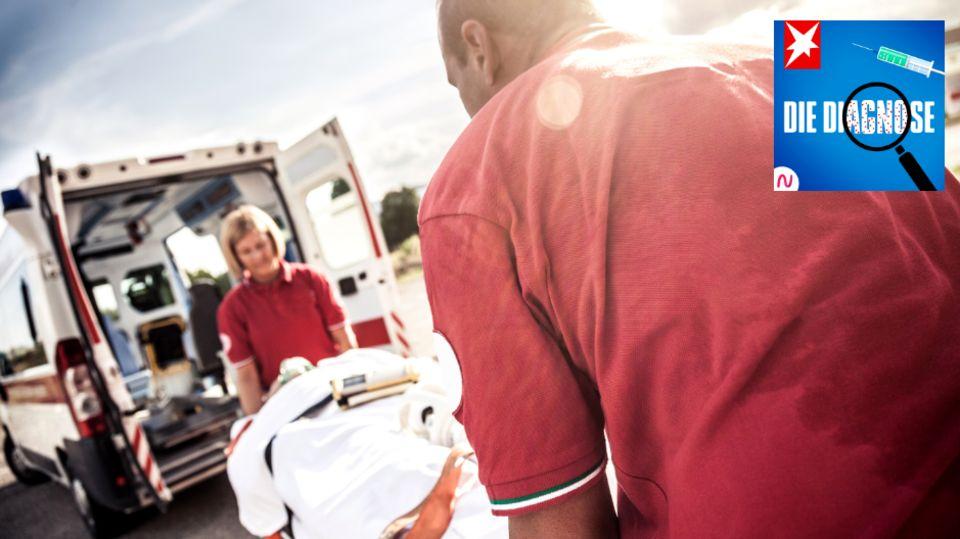 Sanitäter:innen schieben einen Patienten in einen Krankenwagen