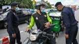 Mittlerweile guckt die Polizei wieder genau hin, wie bei diesem Essensauslieferer inKuala Lumpur. Rund 54.000 Malayen haben sich in der letzten Maiwoche mit Corona infiziert - so viele wie noch nie in einer Woche.