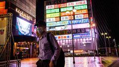 Anderthalb Jahre lang war Taiwan das Vorbild für den Kampf gegen das Coronavirus. Nun erwischt es den Inselstaat doch noch: 3386 Menschen haben sich in der vergangenen Woche infiziert - ein Rekordwert. Bittere Ironie: Weil Covid-19 so gut in Schach gehalten wurde, sind verhältnismäßig wenig Menschen geimpft. Das scheint sich nun zu rächen.
