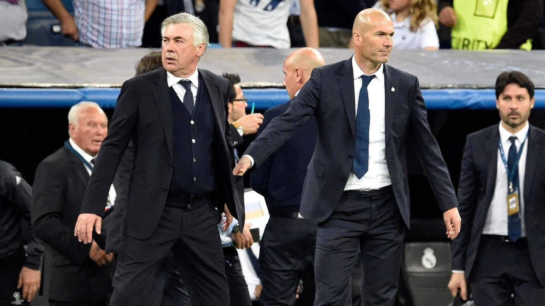 Carlo Ancelotti (l.) und Zinédine Zidane als Kontrahenten beim Spielihrer jeweiligen Mannschaften Bayern München und Real Madridim April 2017