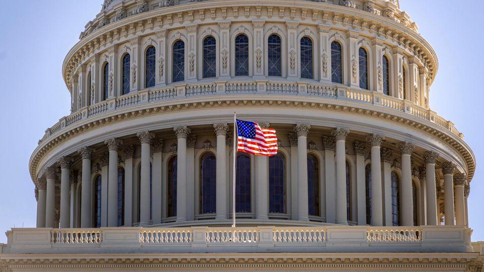 Eine amerikanische Fahne flattert vor dem Kapitol in Washington im Wind